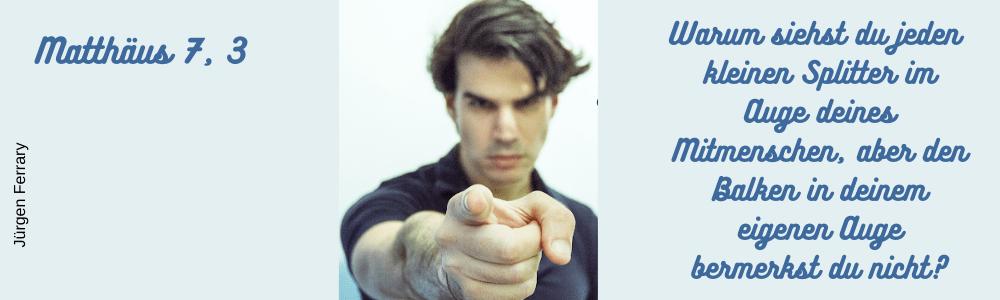 Mann zeigt mit dem Finger auf dich