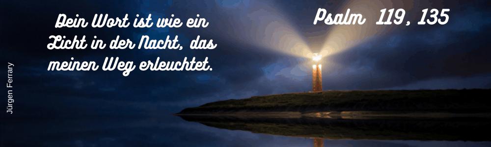 Leuchtturm spiegelt sich im Wasser
