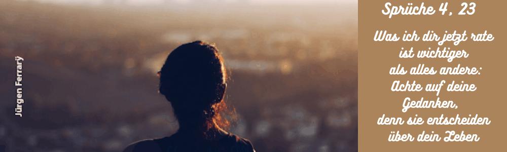 Frau blickend über die Stadt