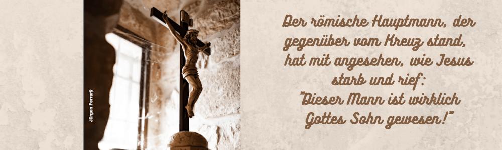 In einem alter Raum steht ein Kreuz mit Jesus vor einem Fenster