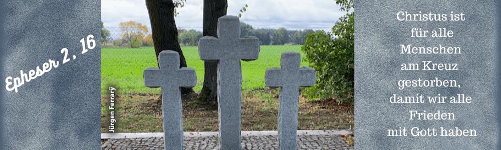 drei Kreuze auf dem Friedhof