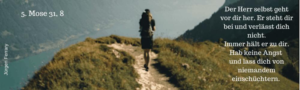Wanderer auf schmalen Wanderweg in den Bergen