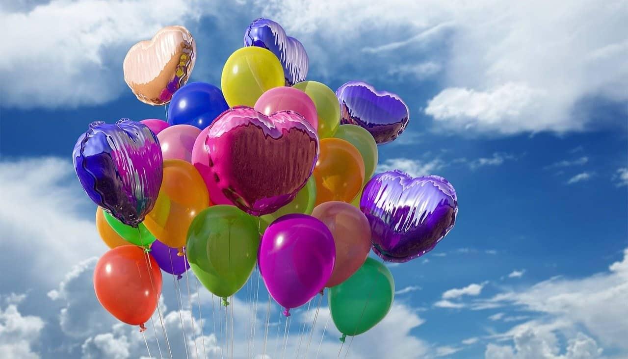 Bunte Luftballons als Herzen