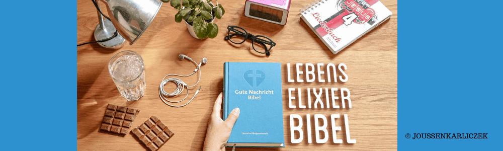 Tisch, Schokolade - Bibel - Lebenselixier - Brille - Glas Wasser -Blumentopf - Lampe