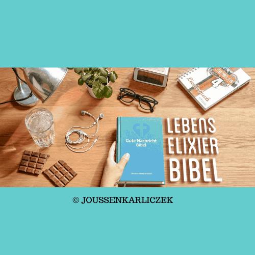 Tisch mit Lampe, Glas Wasser, Schokolade, Brille - Bibel
