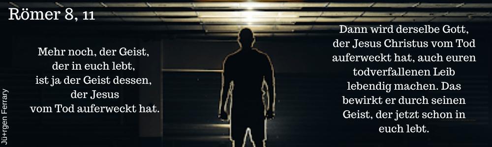 Mann im dunklen Raum