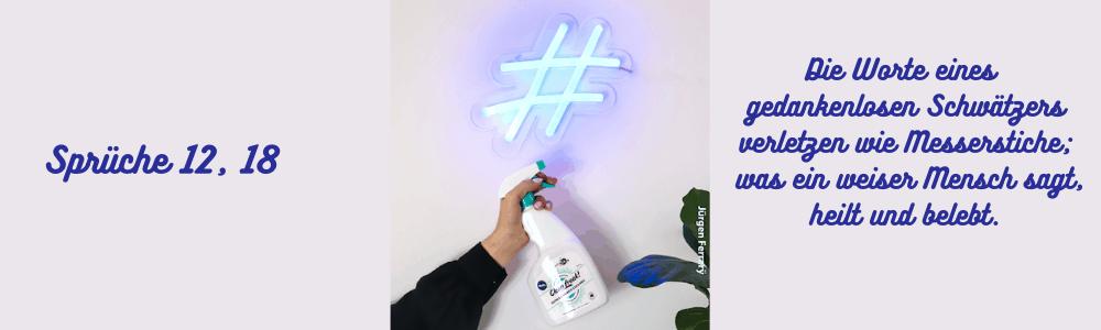 Mit Sprühflasche ein Hashtag an Scheibe gesprüht