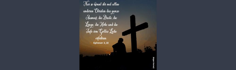 Mann sitzt am Kreuz in der Abendsonne