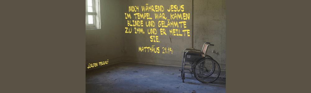 Ein Rollstuhl steht in einem Zimmer mit kahlen Wänden