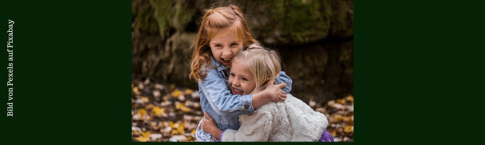 2 Schwestern umarmen sich