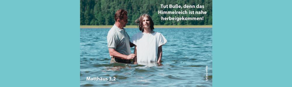 Ein Mann tauft den Teenager im See See