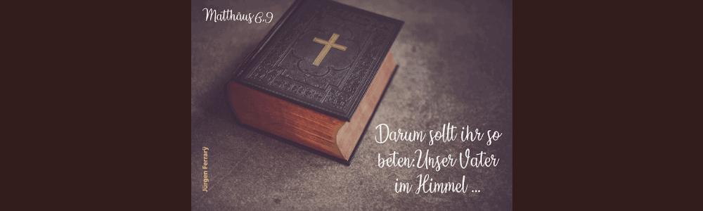 Auf dem Buch, die Bibel, ist ein Kreuz