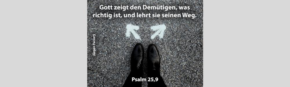 Füße in schwarzen Schuhen stehen auf dem Weg mit zwei Pfeilen