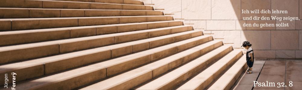 kleiner Junge steht vor einer großen Treppe