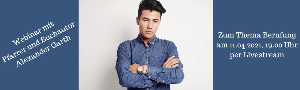 Ein junger Mann im blauen Hemd mit verschränkten Armen