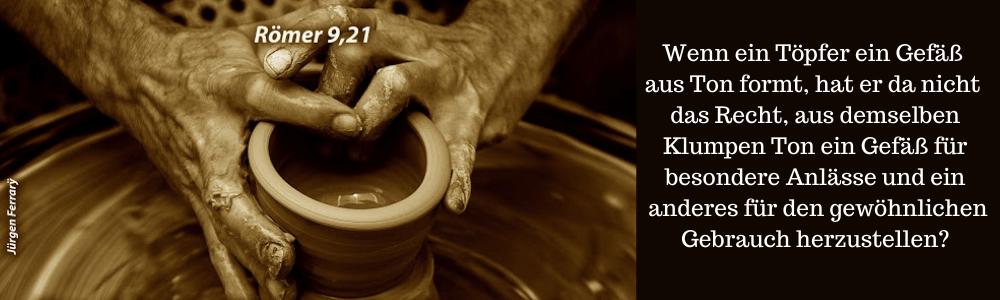 Mit Händen ein Gefäß an der Töpferscheibe herstellen