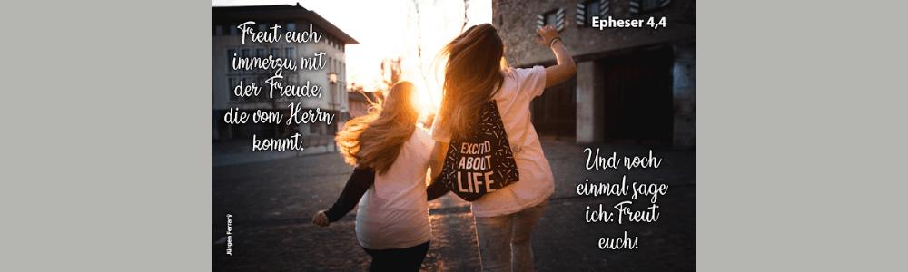 2 Frauen gehen auf der Straße im Sonnenschein