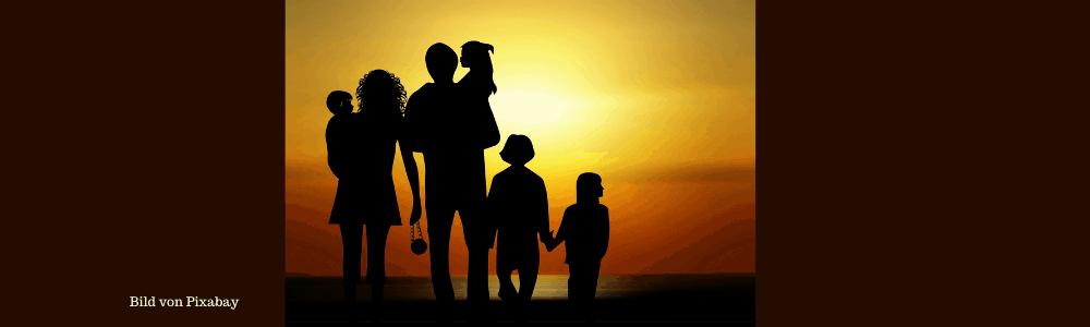 Familie betrachtet die Abendsonne