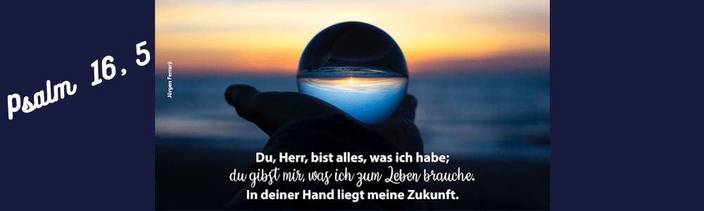 Sonnenaufgang spiegelt sich in einer Glaskugel
