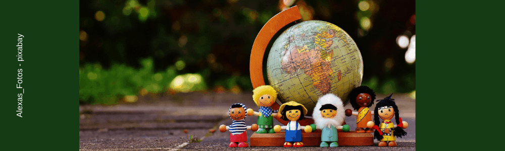 Figuren verschiedener Nationalitäten - Weltkugel
