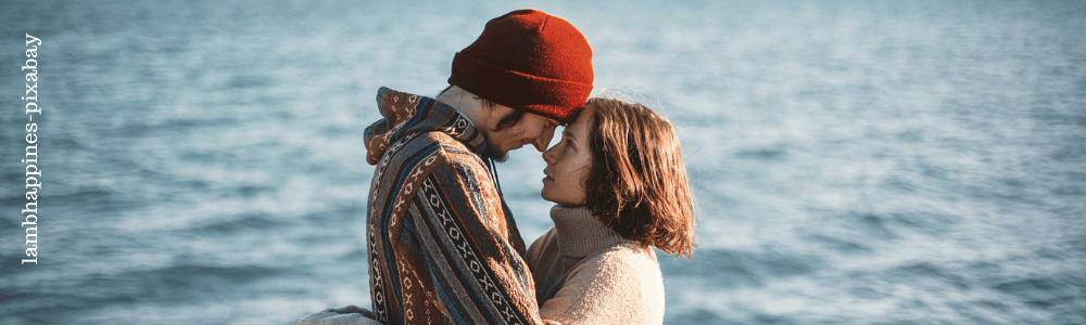 Mann und Frau halten sich im Arm und sehen sich verliebt an
