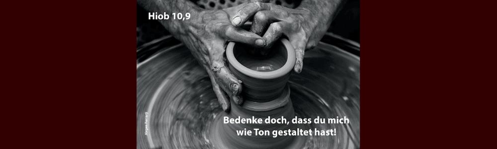 Hände formen ein Gefäß aus Ton
