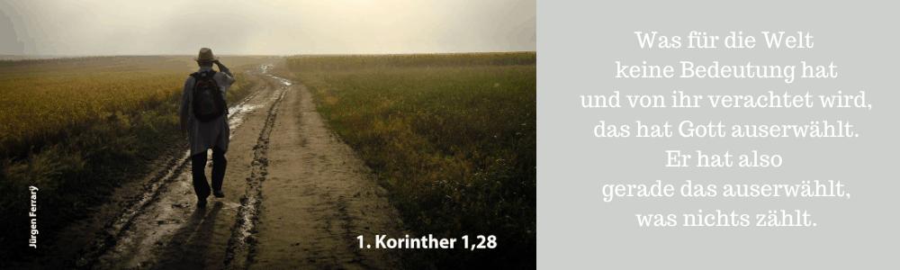 Ein Wanderer auf einem nassen Weg