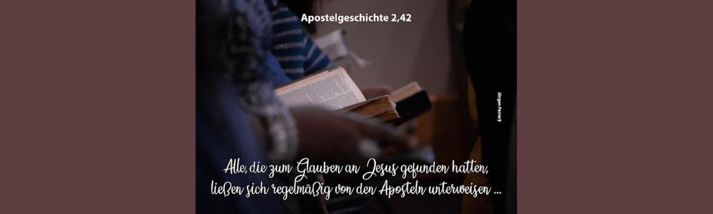 mehrere Personen lesen die Bibel
