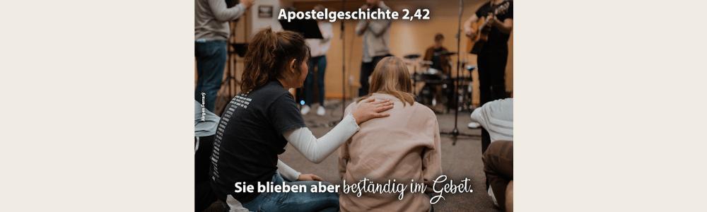 Beim Lobpreis beten Frauen