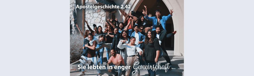 eine fröhliche Gruppe von Menschen vor dem Kircheneingang