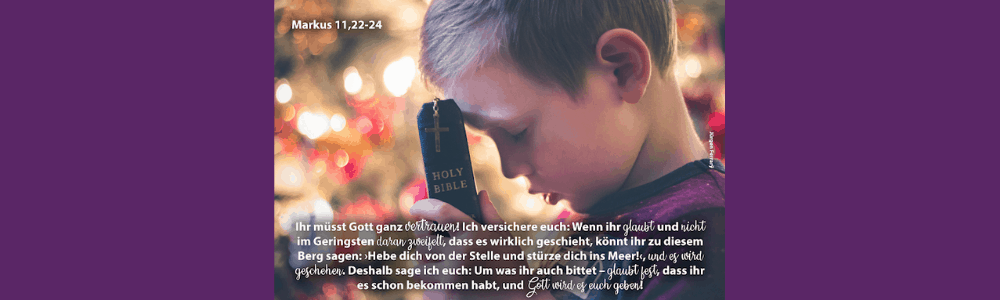 Junge hält Bibel in der Hand und betet