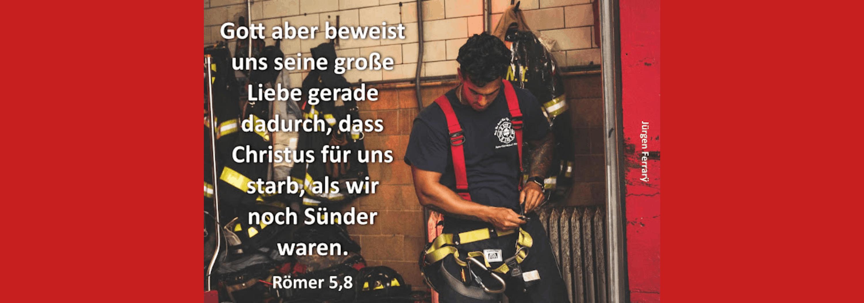 Feuerwehrmann zieht seine Ausrüstung an