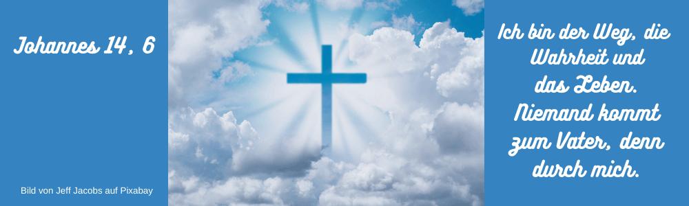 Am blauben Himmel ziehen Woilken mit einem Kreuz