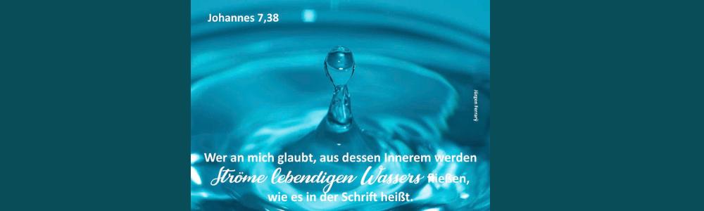 ein Troßfen fällt ins blaue  Wasser