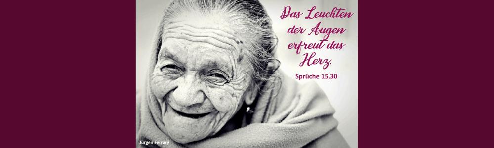Gesicht einer alten Frau mit tiefen Furchen und Lächeln