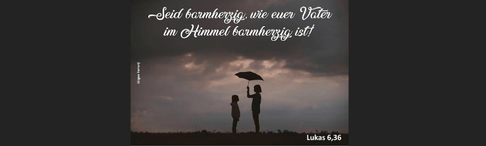 Frau und Kind unter einem Schirm