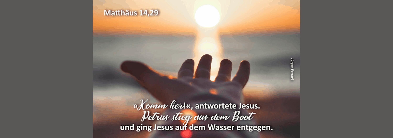 Hand streckt nach dem Sonnenstrahl im Wasser aus