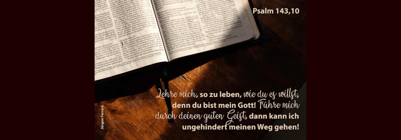 Bibel liegt aufgeschlagen auf dem Tisch