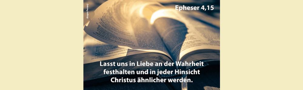 Aufgeschlagene Bibel im Licht