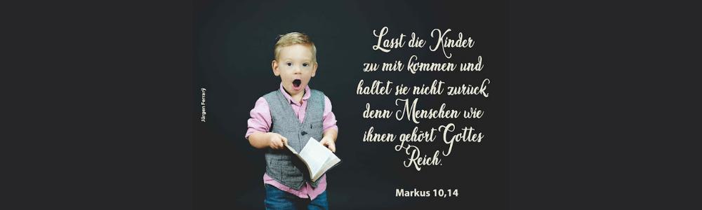 Ein Junge hält ein Buch und singt