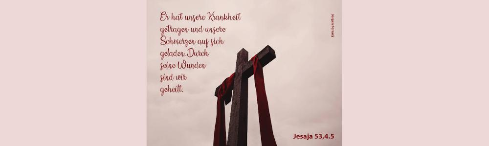 über einem Holzkreuz hängt ein rotes Tuch