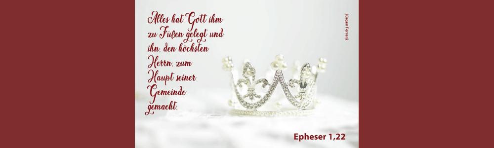 Weiße Krone mit Perlen besetzt