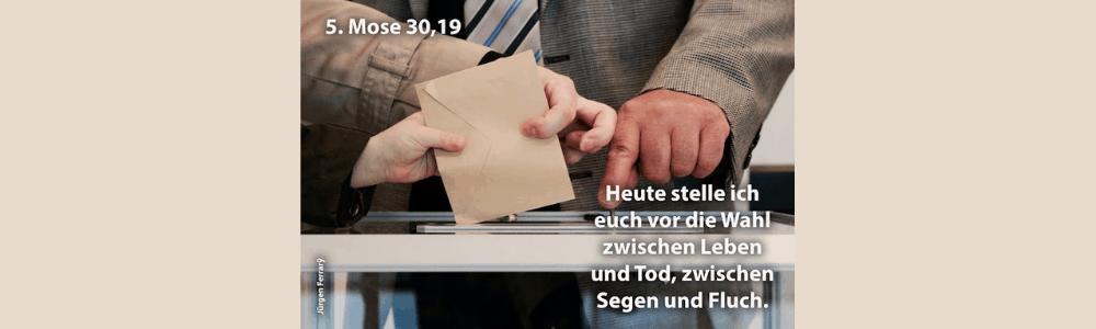 Der Wahlbrief wird in die Wahlurne geworfen