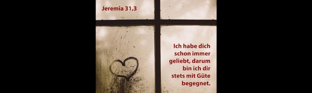 Ein Fenster mit Fensterkreuz und Herz