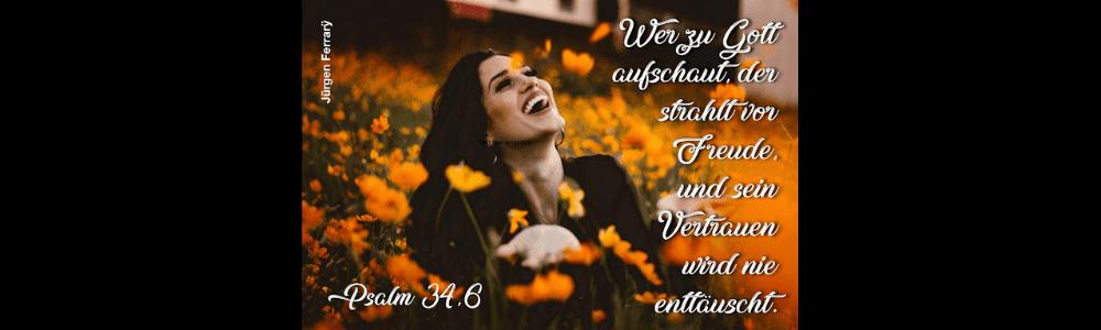 Lachende Frau im Blumenmeer